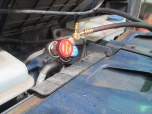 Подсоединение к штуцерам при заправке кондиционера